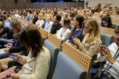 Folket deltar i affärskonferensen Arkivfoton