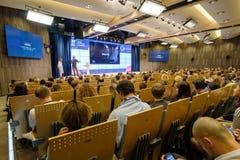 Folket deltar i affärskonferensen Royaltyfri Bild