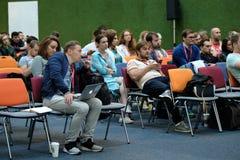 Folket deltar i den Digital marknadsföringskonferensen i stor korridor Arkivfoton