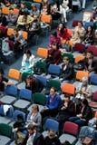 Folket deltar i den Digital marknadsföringskonferensen i stor korridor Arkivfoto