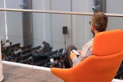 Folket deltar i den Digital marknadsföringskonferensen i stor korridor Royaltyfri Fotografi