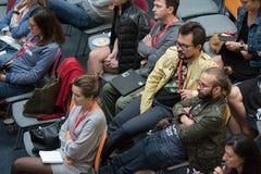 Folket deltar i den Digital marknadsföringskonferensen i stor korridor Royaltyfri Foto