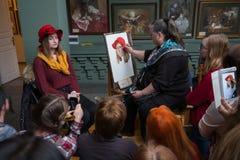 Folket deltar i det fria seminariet under den öppna dagen i vattenfärgskola Royaltyfria Bilder