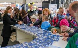 Folket deltar i informationsleken i den Europa dagen i Tallinn arkivbilder