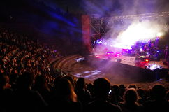 Folket deltar i konserten av Daniele Silvestri i den roman theaen arkivbild