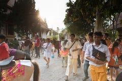 folket deltar i traditionell prästvigningcerem för buddistisk munk Fotografering för Bildbyråer