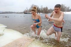 Folket doppar i iskallt vatten under Epiphanyberöm Fotografering för Bildbyråer