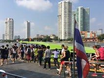 Folket får på ett turist- fartyg i Bangkok arkivfoton