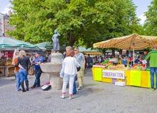 Folket får slags tvåsittssoffa på Viktualien Markt i Munich Arkivbild