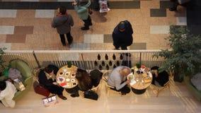 Folket för bästa sikt i shoppinggalleria, suddigt och att välja gåvor för jul och det nya året rusar stock video