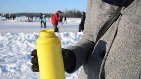 Folket för vinter för termos för kaffe för kvinnadrinkte åker skridskor den djupfrysta sjön stock video