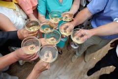 Folket förband exponeringsglas med champagne på ett parti arkivfoto