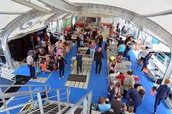 Folket förbereder sig till att snorkla och dyker från en plattform i den stora barriärrevet Royaltyfri Foto
