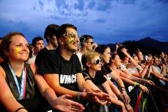 Folket (fans) håller ögonen på en konsert av deras favorit- musikband på FIB (Festival Internacional de Benicassim) festivalen 20 Arkivbild