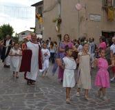 Folket firar en medeltida festmåltid i Orvieto Royaltyfri Bild