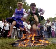 Folket firar ferie av Ivana Kupala på den naturliga naturen royaltyfri foto