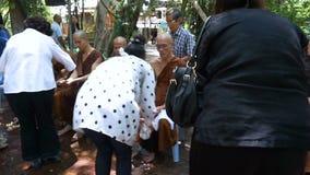 Folket firar festival Songkran för det nya året/vatten: 13 April, genom att hälla vatten för buddistisk präst lager videofilmer
