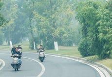 Folket flyttar sig på motorcyklarna Arkivbilder