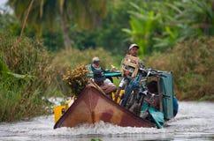 Folket från bytransport fraktar med fartyg på kanaler Royaltyfri Bild