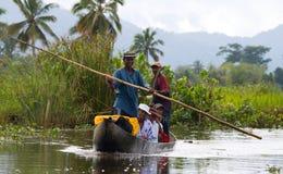 Folket från bytransport fraktar med fartyg på kanaler Arkivbilder