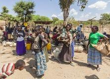 Folket från Konso stam- område på den lokala byn marknadsför Omo Valle Royaltyfria Foton