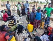 Folket från Konso stam- område på den lokala byn marknadsför Omo Valle Arkivfoto