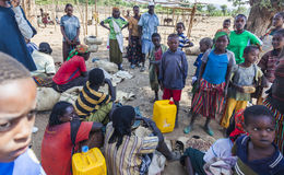 Folket från Konso stam- område på den lokala byn marknadsför Omo Valle Fotografering för Bildbyråer