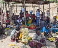 Folket från Konso stam- område på den lokala byn marknadsför Omo Valle Royaltyfri Fotografi