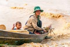Folket från Tonle underminerar sjön Arkivbilder