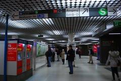 Folket framme av information undertecknar in den Munich gångtunnelen Royaltyfria Foton