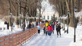 Folket går att åka skridskor, Ryssland Royaltyfri Foto
