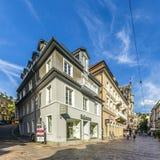 Folket går att shoppa i den gamla staden av Baden-Baden Arkivbilder