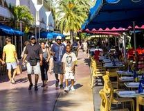 Folket går att shoppa i eftermiddagsolen i Lincoln Road Arkivfoton