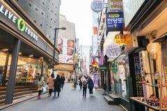 Folket går att shoppa på Myeongdong på ferie som tas i Seoul Fotografering för Bildbyråer