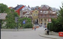 Folket går av bron som förbinder den gamla staden med slotten Royaltyfria Bilder