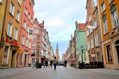 Folket går den Dluga gatan i Gdansk, Polen Arkivfoton