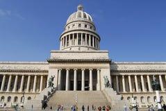 Folket går framme av den Capitolio byggnaden i havannacigarren, Kuba Royaltyfri Fotografi