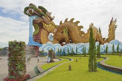 Folket går framme av det Dragon Descendants museet i Suphan Buri, Thailand Arkivbilder