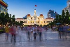 Folket går framme av stadshusbyggnaden, Ho Chi Minh City, Vietnam Arkivbild