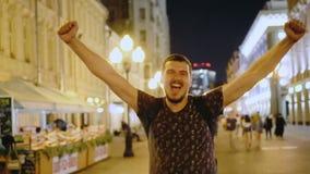 Folket går gatanattstaden jublar i seger lycklig man Lycka och glädje arkivfilmer
