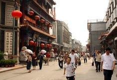 Folket går i Dazhalan shoppinggata i Peking Royaltyfria Bilder