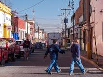 Folket går i den mexicanska gatan, Puebla royaltyfri bild