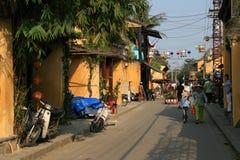 Folket går i en gata av Hoi An (Vietnam) Arkivfoton