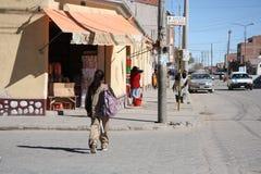 Folket går i en gata av Uyuni, Bolivia Arkivbilder