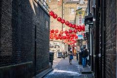Folket går i sidogator av kineskvarteret Arkivfoton