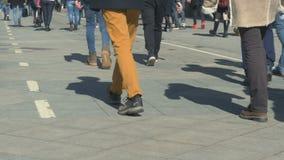 Folket går ner gatan på en solig dag Rytm av liv, fastar stegat arkivfilmer