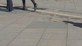 Folket går ner gatan på en solig dag Rytm av liv, fastar stegat lager videofilmer