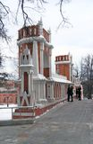 Folket går på bron Sikten av Tsaritsyno parkerar i Moskva Royaltyfria Bilder