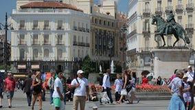 Folket går på den Puerta del Sol fyrkanten nära springbrunnen i Madrid, Spanien stock video