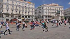 Folket går på den Puerta del Sol fyrkanten nära springbrunnen i Madrid, Spanien lager videofilmer